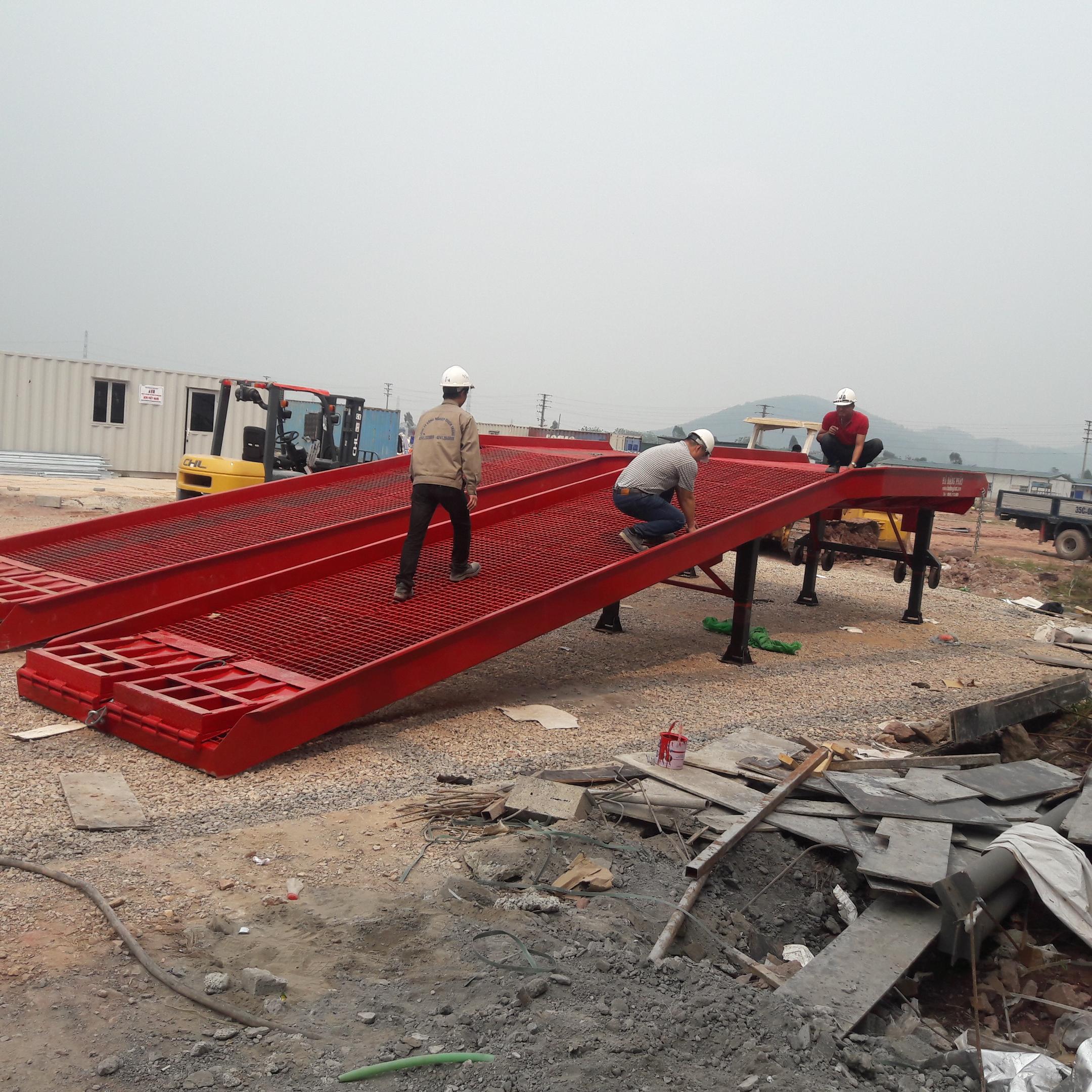 cầu lên Container sử dụng mặt sàn lưới Grating chống trượt